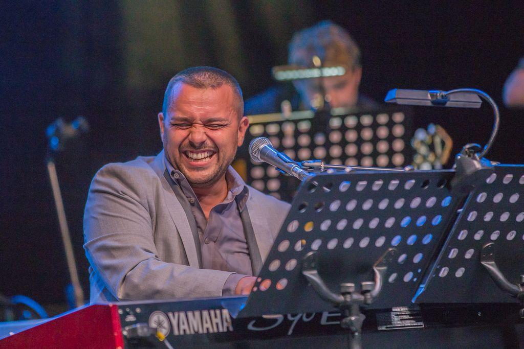 Big band Bled, solist Uroš Perić,  foto Miro Zalokar