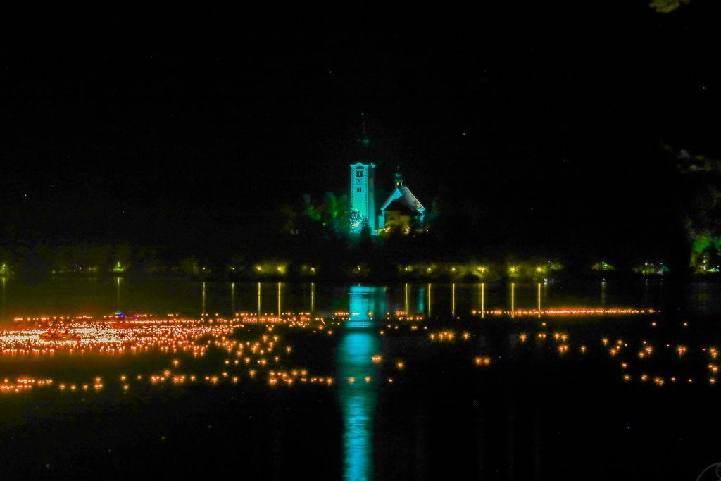 Lučke na jezeru,  foto Miro Zalokar