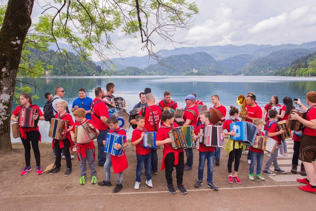 Harmonike ob Blejskem jezeru je letos kar dvakrat odplaknil dež,...
