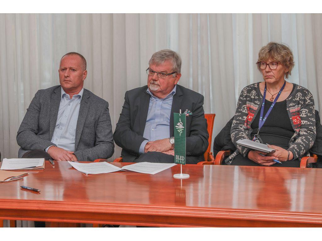 Direktor OU Občine Bled Robert Klinar, župan Janez Fajfar in podžupanja Bohinja Monika Ravnik; Foto: Miro Zalokar