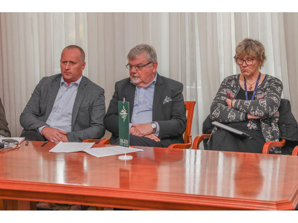 Direktor Občinske uprave Občine Bled, Robert Klinar, župan Janez Fajfar in podžupanja Bohinja Monika Ravnik; foto: Miro Zalokar
