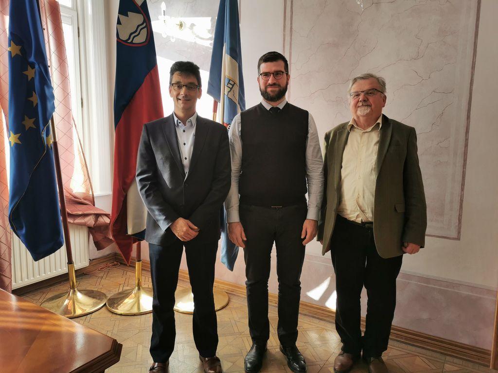 Od leve proti desni: varuh Peter Svetina, namestnik Miha Horvat in župan Janez Fajfar