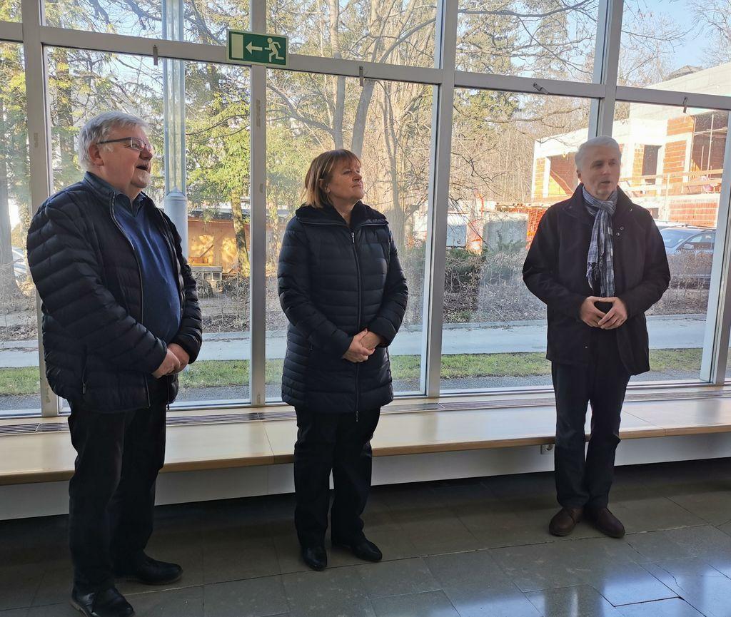 Otvoritev razstave v festivalni dvorani: župan Janez Fajfar, predsednica društva Zora Završnik in podpredsednik Vojko Zavodnik.