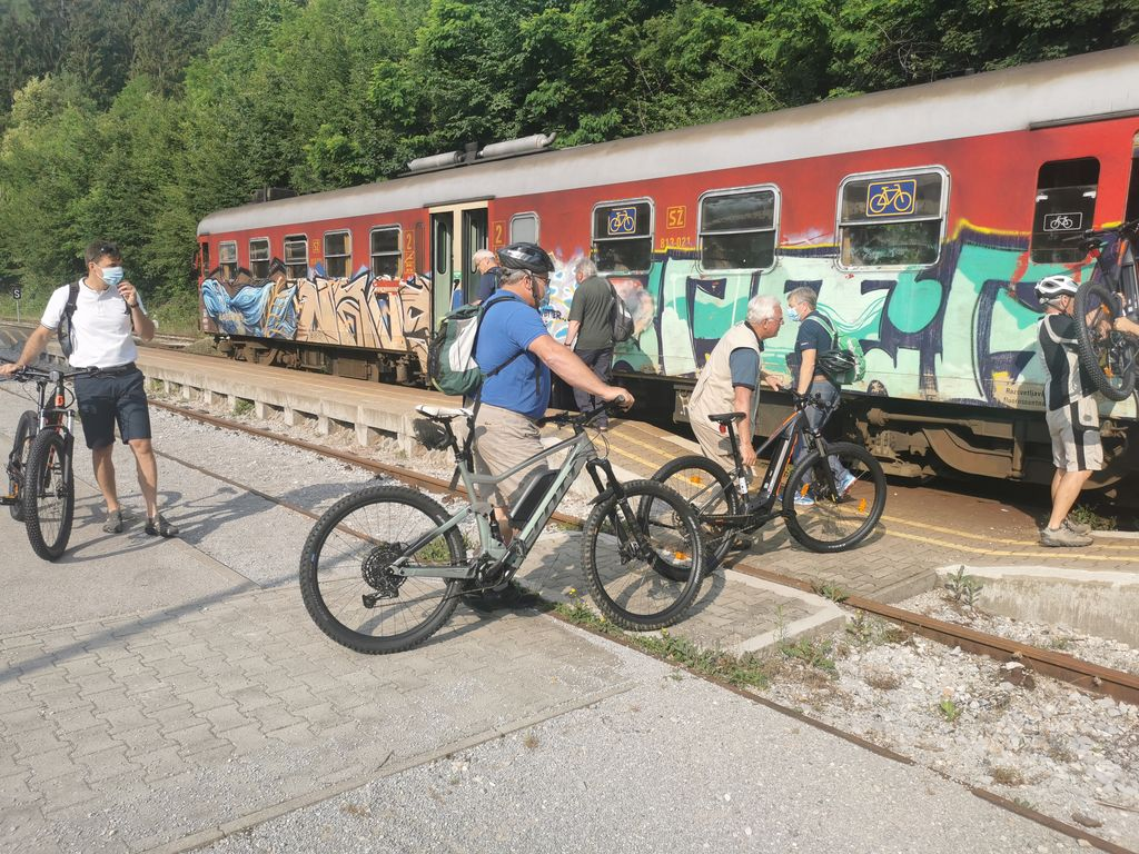 Bohinjsko progo so nedavno s kolesi obiskali tudi zgornjegorenjski župani