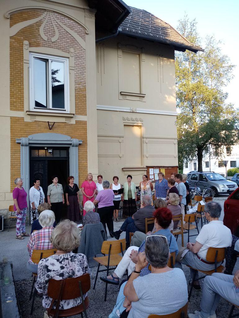 Na Melitinem večeru je Ženska vokalna skupina DU Bled zapela nekaj slovenskih ljudskih, Rozika Špilak in Metka Smolej pa sta prebrali odlomke iz slikarkinih spominov.