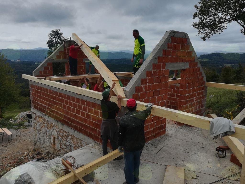 Kolesarjenje po Liscu in okoli Lisca in postavitev lesene konstrukcije zidanice