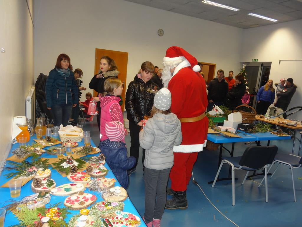 Božičku pomagali otroci iz Žapuž