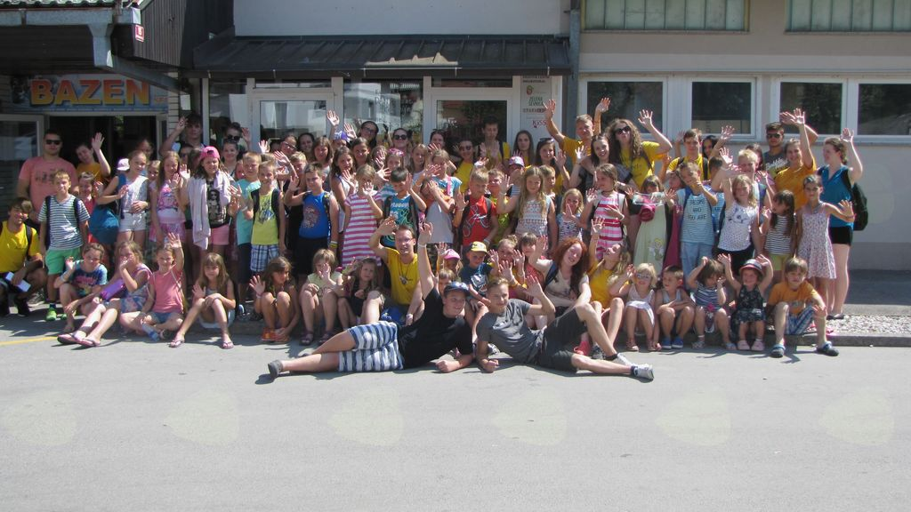 skupinska slika pred bazenom v Sevnici