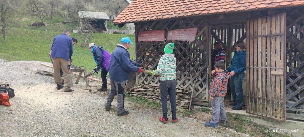 Prenovljena ograja pri planinskem domu na Čreti