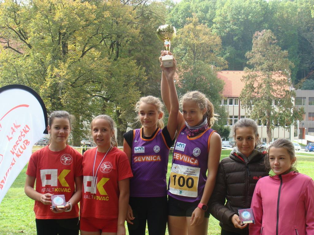 Lea Haler in Nina Lisec, zmagovalki ekipe mlajših pionirk B