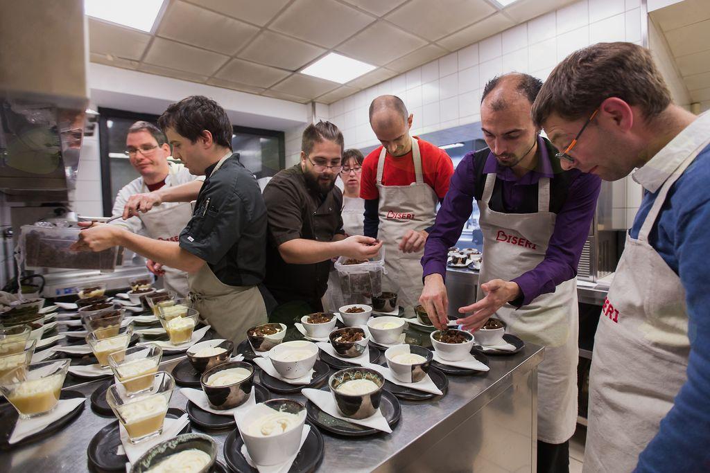 Ekipa pri pripravi sladice