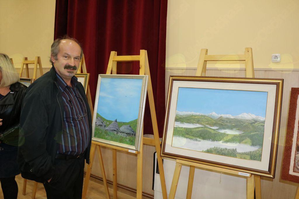 Lojze Burja ob svojih dveh slikah  planin