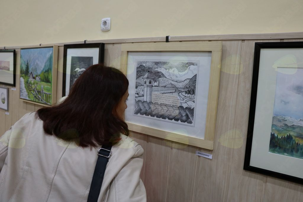 Obiskovalka prebira sporočilo na kolažu Zgodba mojega mesta Bince Lomšek