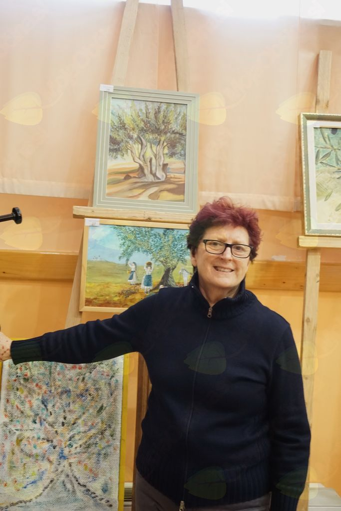 Milica Tomšič ob svoji sliki srare oljke