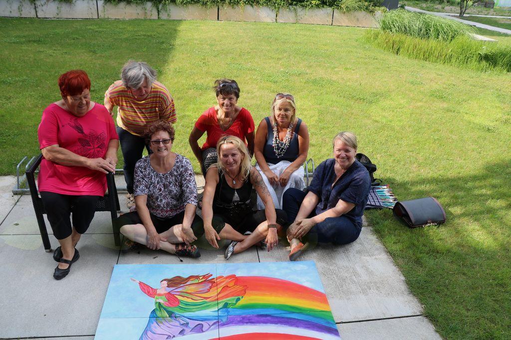Ekipa Likovnega društva Mengeš na vrtu ob končani