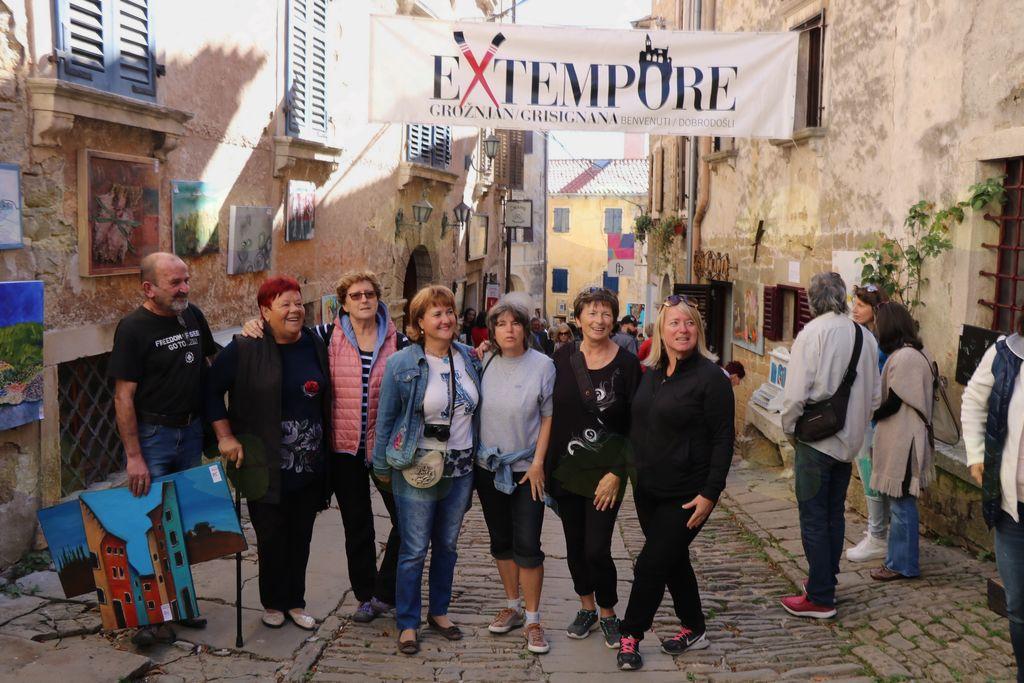 Člani društva na ulici mesta umetnikov