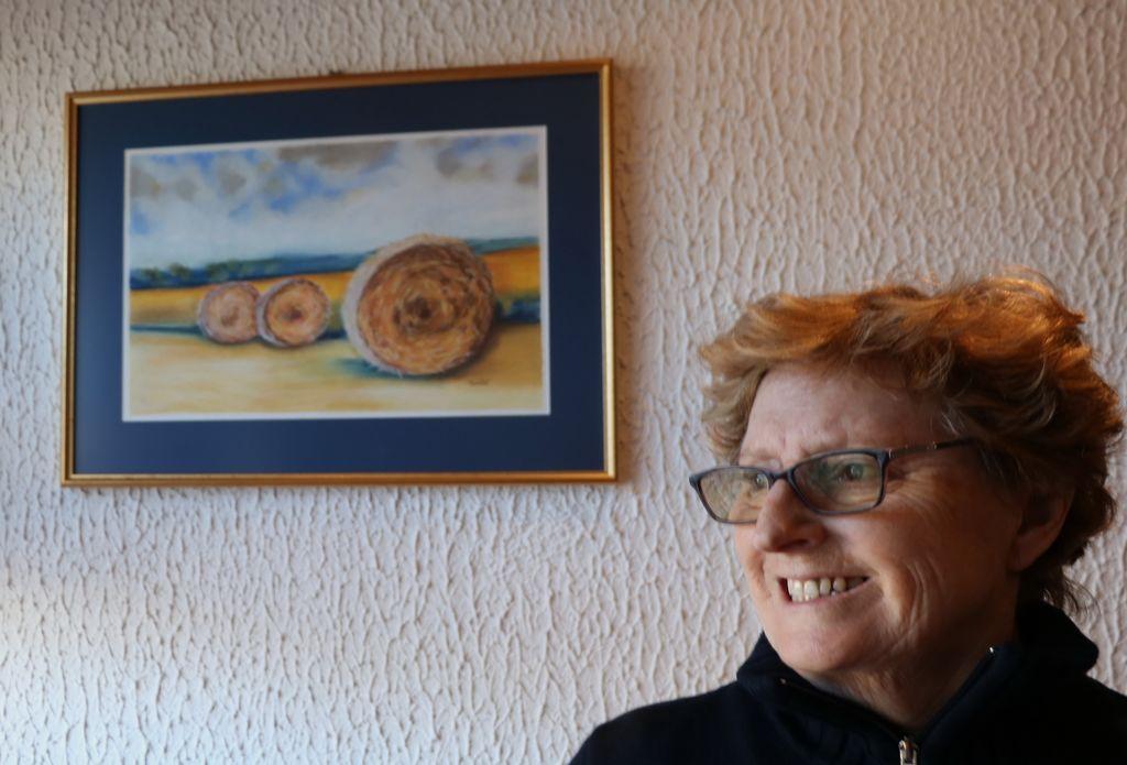 Milica Tomšič ob svoji sliki v suhem pastelu