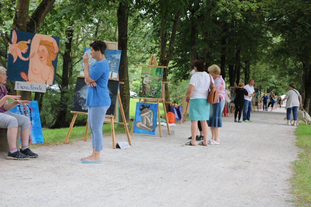 Živahna tradicionalna galerija na prostem Sprehod ob Pšati