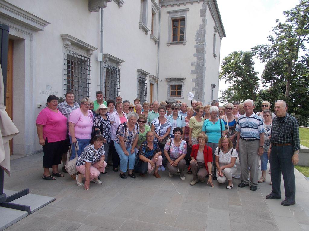 Skupinska slika pred vilo Vipolže