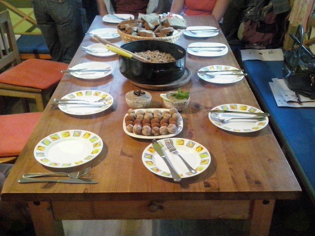 Miza vabi – kruh, testenine, namazi in slaščice, vse na osnovi konoplje.