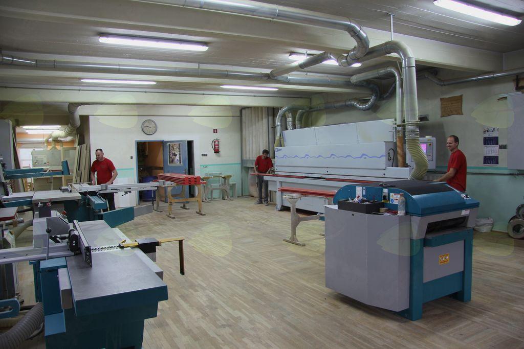 Sodobno opremljena mizarska delavnica, najstarejši stroj nosi letnico 2011