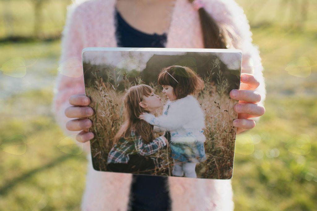 Fotografije na lesu nastajajo v domači delavnici.