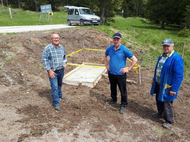 Priprava temeljev za postavitev obeležja pri izviru potoka Oplotnica