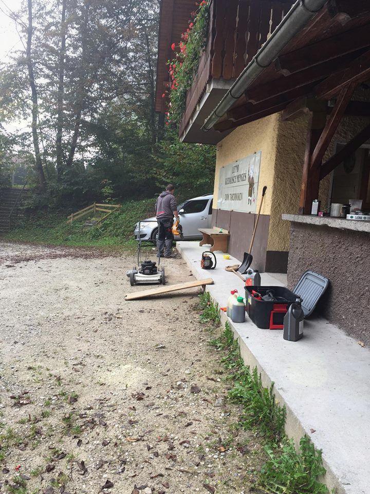Delovno-čistilna akcija v letnem gledališču Mengeš