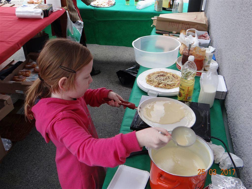 Mlada pomoč pri peki palačink
