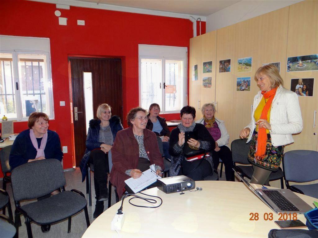 Predavateljica Loreta Vlahović iz Kluba Gaia in udeleženci predavanja