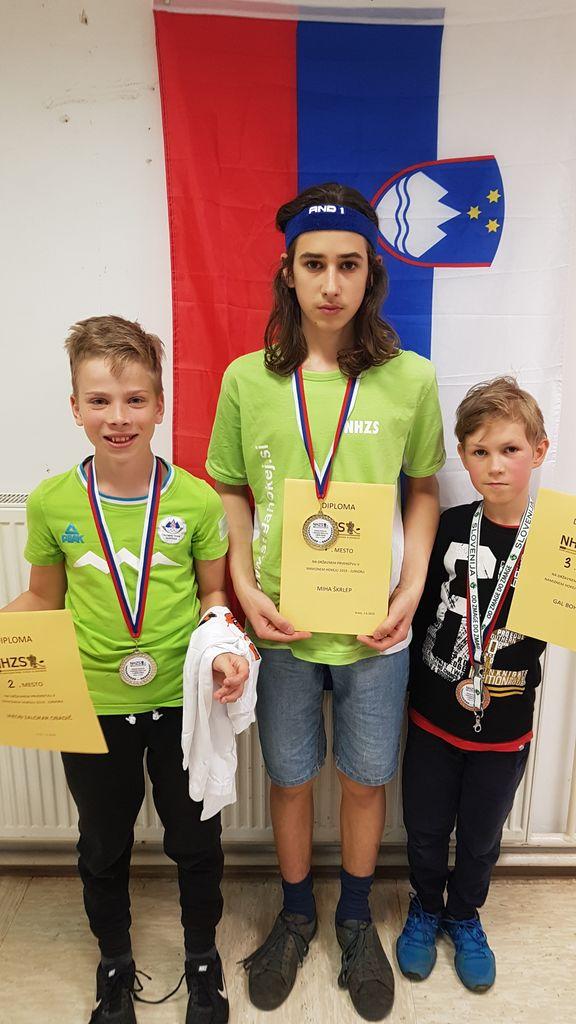 Na sredini: Miha Škrlep, državni prvak med juniorji. Levo Jakob Zalokar Obadič in desno Gal Bohinc