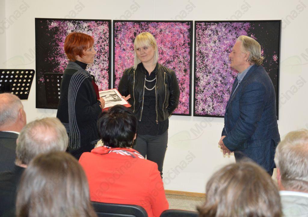 Očetu razstave in gostujočim umetnikom se je v imenu javnega zavoda Splošna knjižnica zahvalila direktorica, mag. Renata Klančnik in jim za spomin podarila grafiko akademskega slikarja, Arpada Šalamona, ki prikazuje Žičko kartuzijo