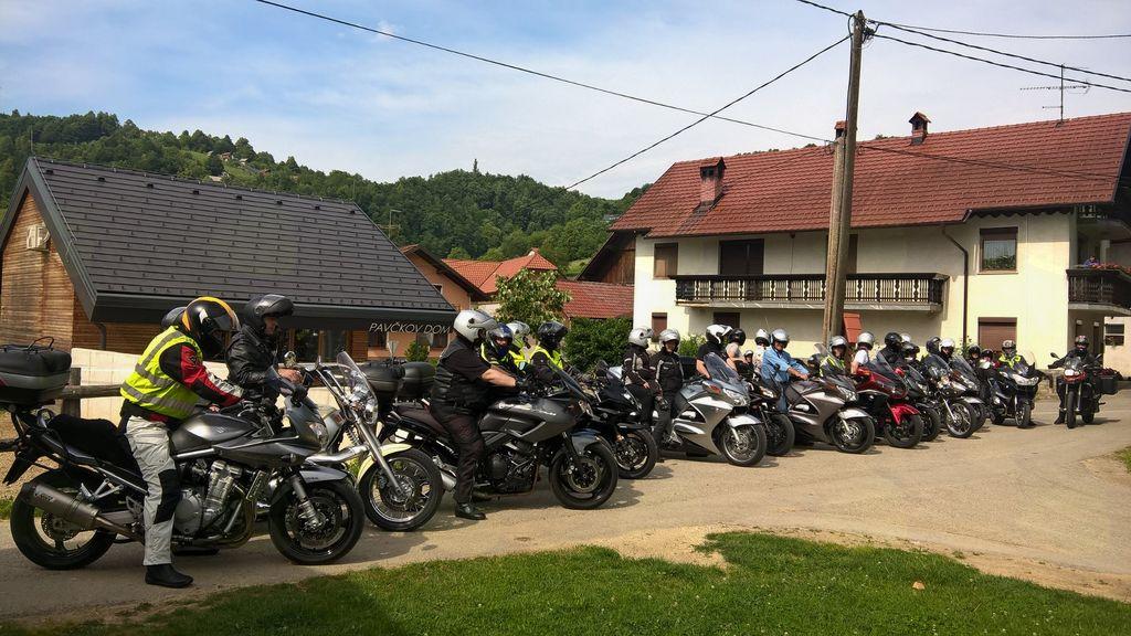 Ljubitelji jeklenih konjičkov so tokrat obiskali Pavčkov dom v Šentjuriju. Foto: Ljudmila Bajc