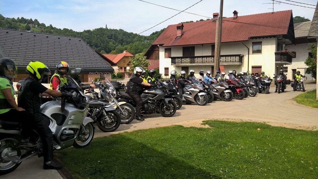 Ljubitelji jeklenih konjičkov društva MzM so tokrat obiskali Pavčkov dom v Šentjuriju. Foto: Ljudmila Bajc