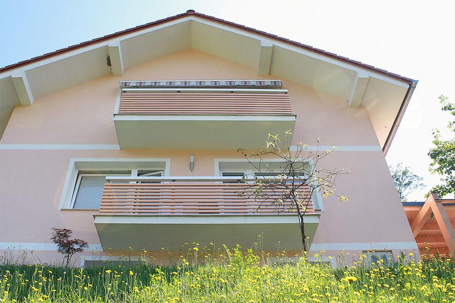 Potem: Balkonska ograja izhaja iz arhitekturnega marelično belega stila.