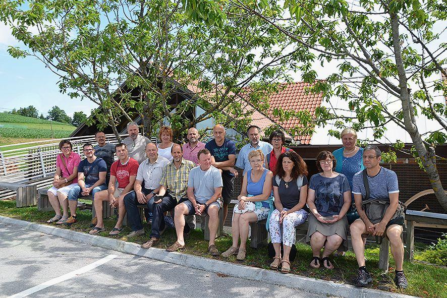 Pod češnjami na lesenih klopcah in družbi gostitelja Jožeta in žene Brede Kos.