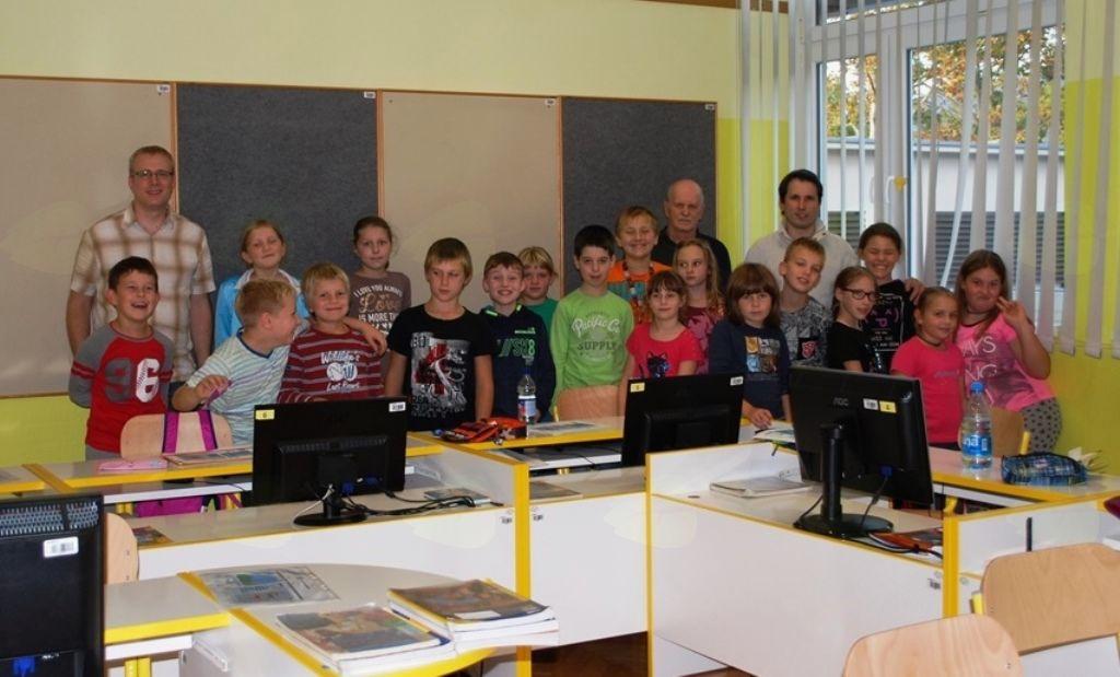Učenci 4. in 5. razreda z mentorji. Foto: arhiv OŠ Deskle