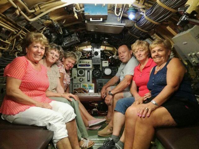 Pogumne ženske v notranjosti podmornice v Pivki