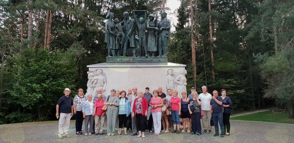 Še spominska fotografija pred spomenikom na Urhu.
