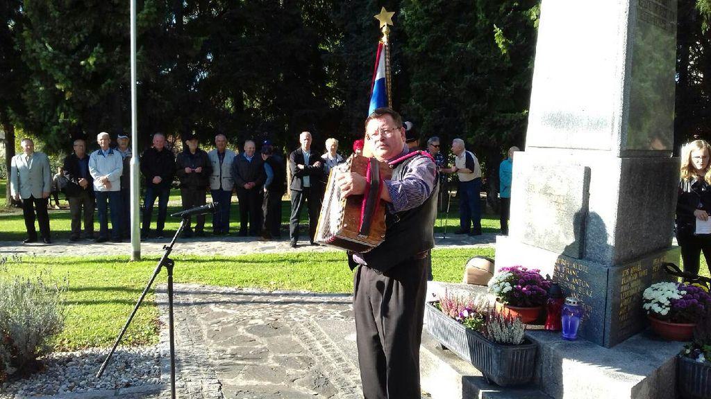 Harmonikar je zaigral že skoraj pozabljeni partizanski pesmi.
