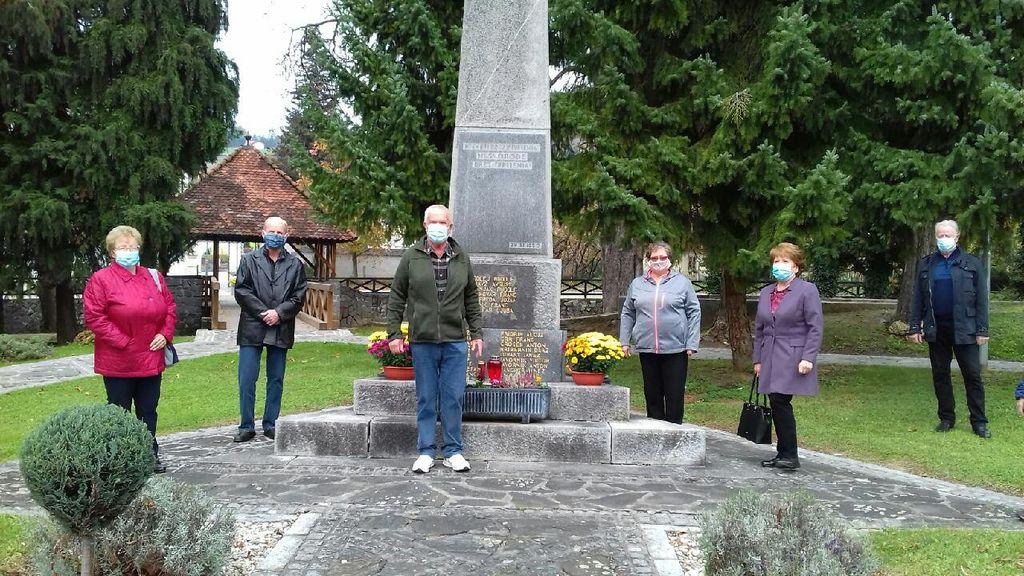 Člani IO borcev za vrednote NOB Oplotnica pred spomenikom.