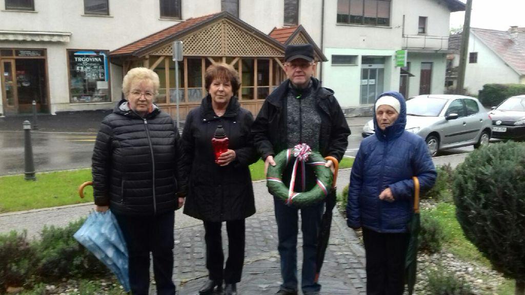 Delegacija OO borcev za vrednote NOB Oplotnica z vencem .