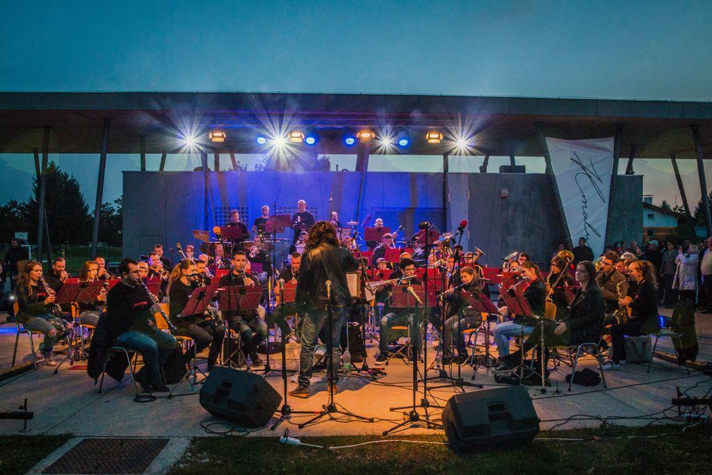 Godba v parku, nastop Mengeške godbe z rock programom v Češminovem parku v Domžalah: foto: Karin Božič