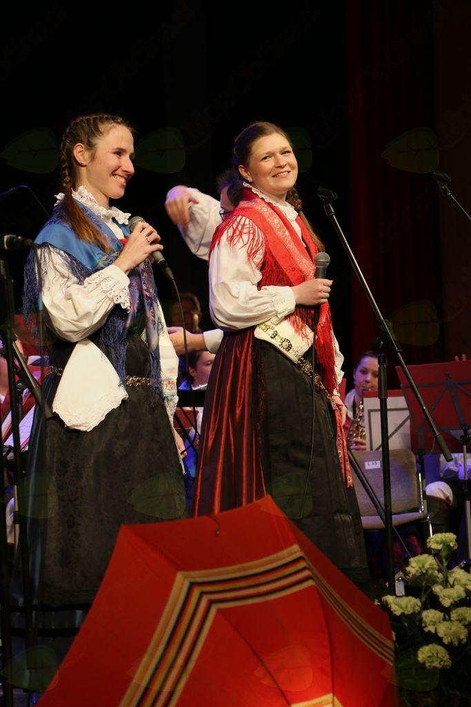 Solisti iz godbenih vrst so bili tokrat pevci. Andreja in Maja sta zapeli Avsenikove Murke...