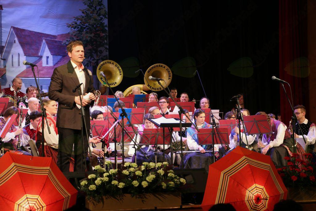 Mengeška godba je pripravila zanimiv glasbeni program, ki ga je z besedo odlično povezal Franci Podbrežnik