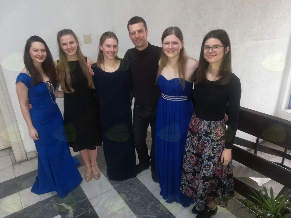 Solopevka Maja Keržič (druga z desne) v družbi solopevk iz GŠ Domžale in korepetitorja Mihe Nagodeta (Foto: M. K.)