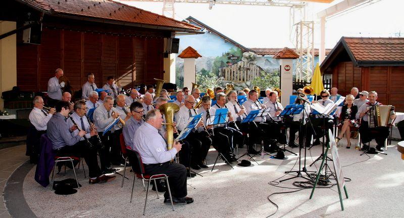 Veteranska sekcija Mengeške godbe je zaigrala v prijetnem ambientu pri Avseniku.