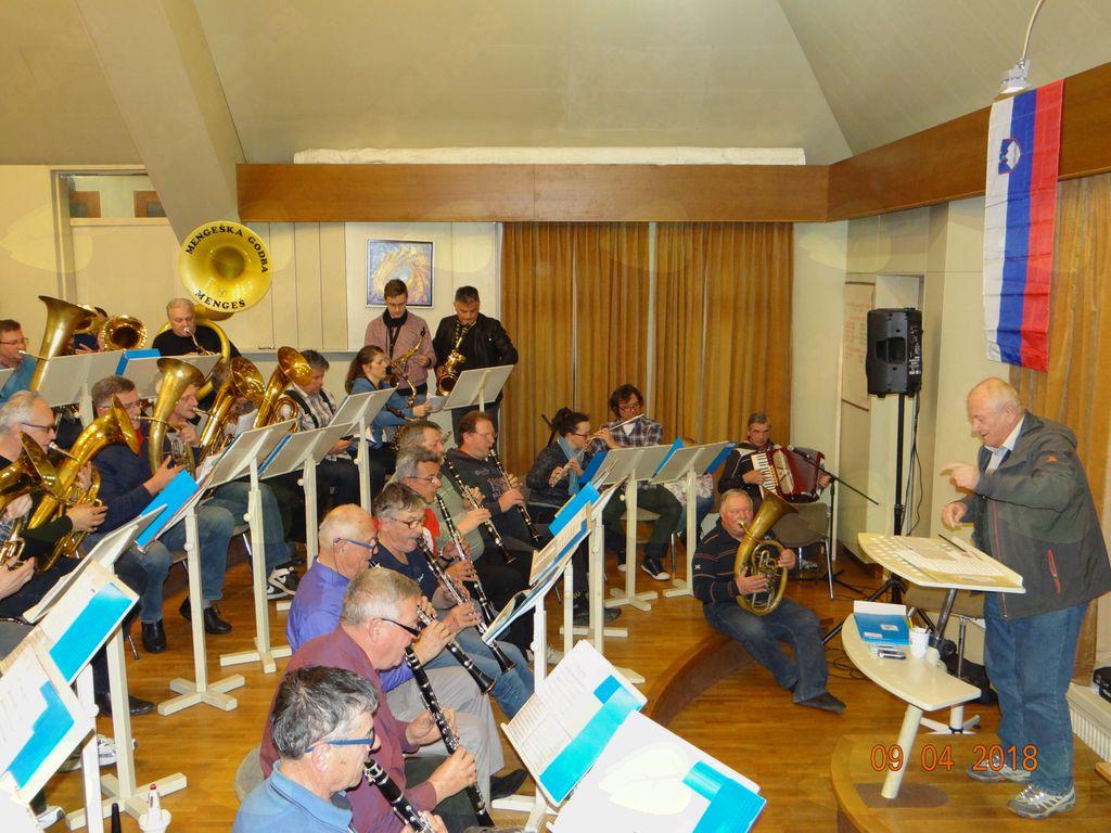 Vinko Sitar je na praznovanju dirigiral združenim godbenikom