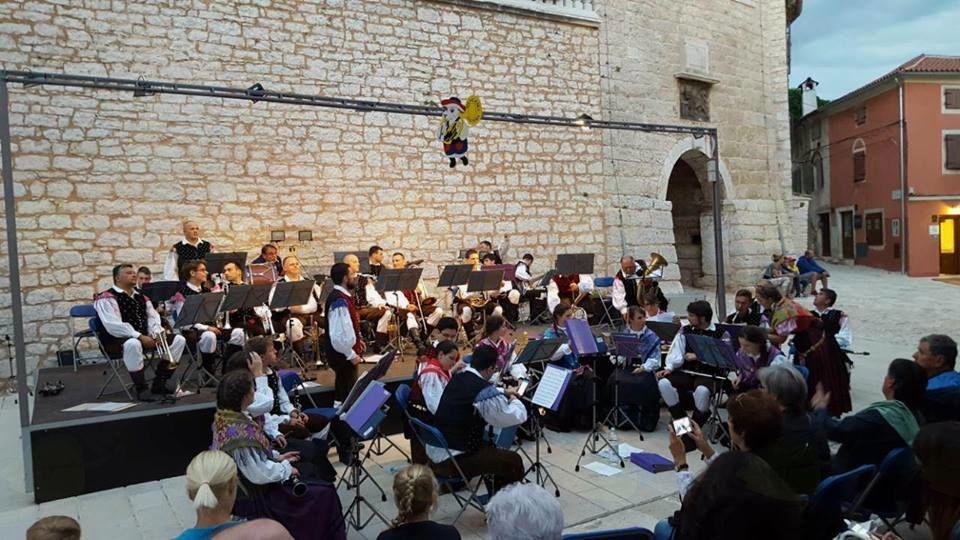 Še zadnje priprave na začetek koncerta v Balah. Foto: A. P.