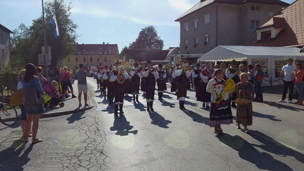 Mengeška godba na narodnih nošah v Kamniku. Foto: Špela Loparič